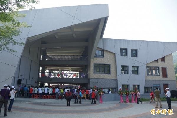 旗山大洲國中新校舍營造出綠能環境,師生盼珍稀動物能再度現身校園。(記者黃佳琳攝)