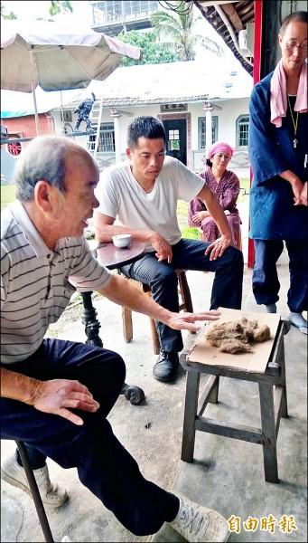 灰作匠師李昆山(左一)、建築師甘明源(左二)擔任講師。(記者廖淑玲攝)