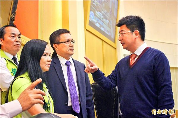 休息時間議長謝典霖(右一)和縣長魏明谷(右二)及民進黨議員私下溝通。(記者張聰秋攝)