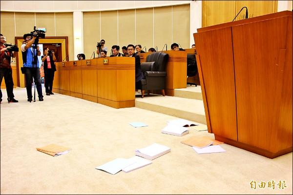 藍營議員紛紛把預算書丟向主席台表達抗議,一旁縣長魏明谷抿嘴、臉色凝重。(記者張聰秋攝)