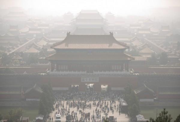 北京學者與環保組織日前公布合作報告,指出北京霧霾的「毒」性下降,大氣中3種致癌重金屬砷、鉛、鎘的比例下降。(美聯社)
