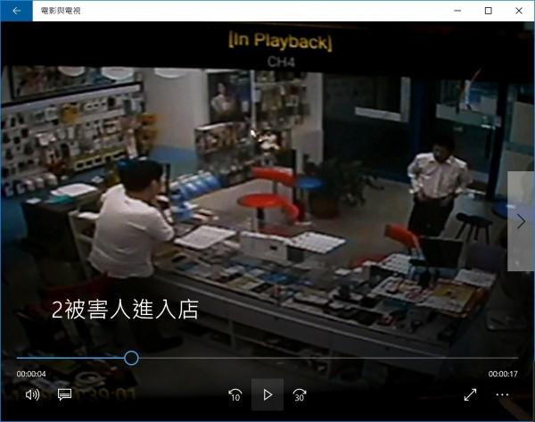 趙姓男子(店門右側)衝入手機行求救。(民眾提供,記者吳仁捷翻攝)