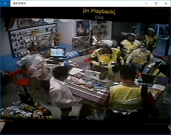 手機行老闆(左1)替遭襲的趙姓男子(左2)報警,警方、消防到場了解案情,替趙某包紮。(民眾提供,記者吳仁捷翻攝)