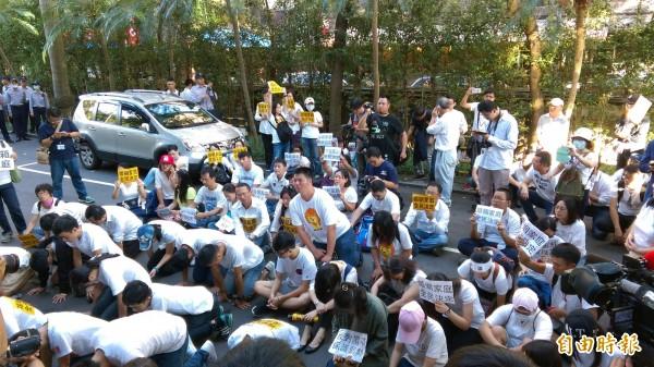 反同民眾跪坐在立法院議場後門抗議。(記者陳鈺馥攝)