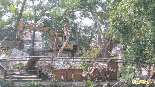 南投市「康壽亭」幾乎被街友視為家,不時可見躺在長椅休息,影響市容,公所逐予以拆除。(記者謝介裕攝)