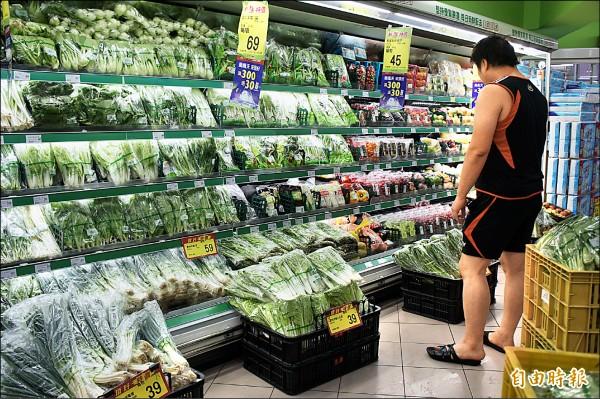 高麗菜價仍居高不下,民眾精打細萛,還是買不下手。(記者黃建豪攝)
