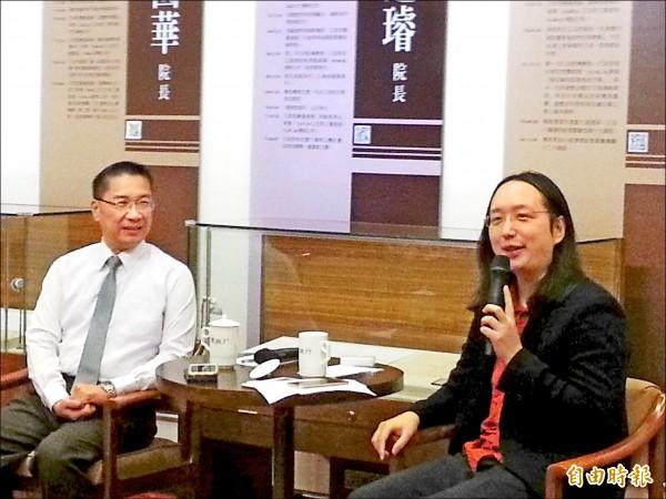行政院政務委員唐鳳(右)昨與媒體茶敘時表示,自己跟伴侶已有公證人見證的民事契約。(記者鍾麗華攝)