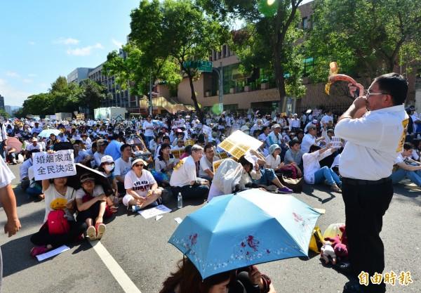 立法院審查婚姻平權法案,反同婚人士聚集在立法院門口抗議。(記者王藝菘攝)