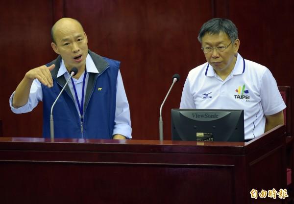 台北市議會17日進行市政總質詢,邀請市長柯文哲(右)、北農總經理韓國瑜(左)列席備詢。(記者黃耀徵攝)