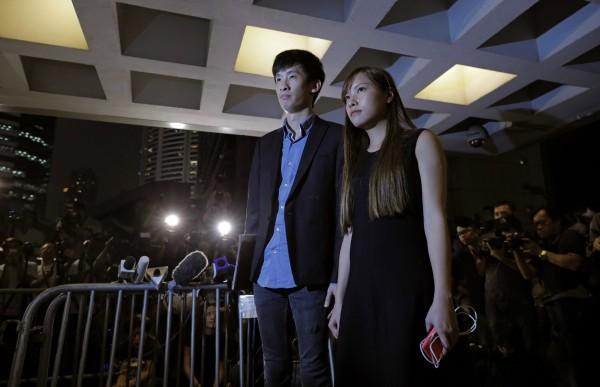 被香港高等法院取消議員資格的游蕙禎(右)與梁頌恆(左),在今早已向高等法院提出上訴並申請暫緩執行裁決。(美聯社)
