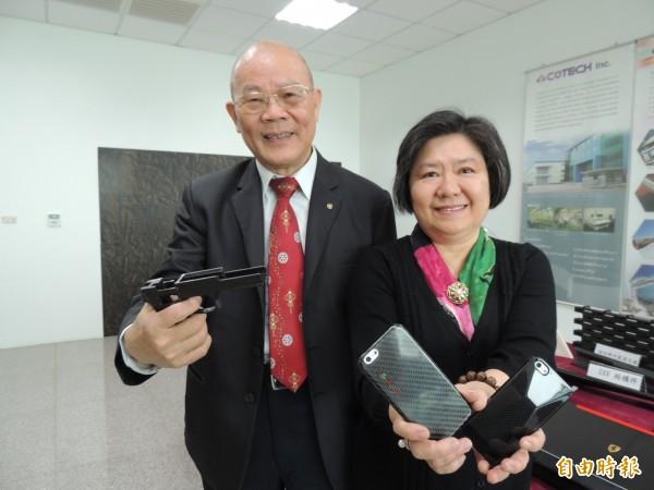 「台灣複材教父」翁慶隆(左)昨日返國,即遭檢調約談,但對案情一問三不知。(資料照,記者歐素美攝)