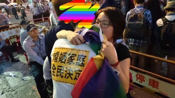 社運人士、心靈工作者薛舜文(圖右)傍晚在臉書PO文,分享一名被迫參加反同活動的同志高中生的痛苦心聲。(圖擷取自臉書)
