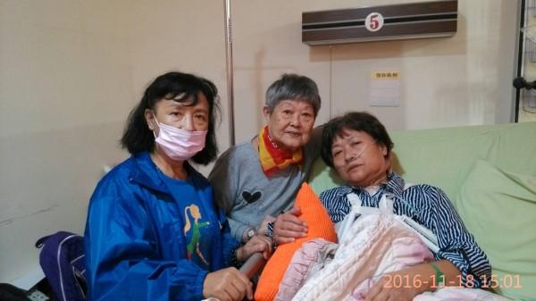 蔡家主要支柱蔡慧婉心臟開刀住院,80歲老母親及中風的妹妹前往照顧(記者葉永騫翻攝)