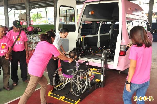 牡丹長照協會人員實際操作輪椅升降設備,讓當地長者親自體驗。(記者蔡宗憲攝)
