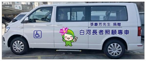 張姓企業家已以父親名義捐贈長者照顧專車,造福地方。(記者洪瑞琴翻攝)