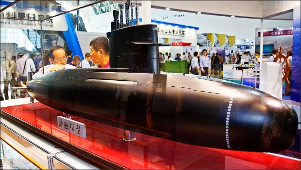 潛艦國造時程日漸明確,軍方規劃自製潛艦二○二四年完成原型艦,隔年完成作戰測評。圖為台船今年九月首度展示的國造潛艦模型。(中央社資料照)