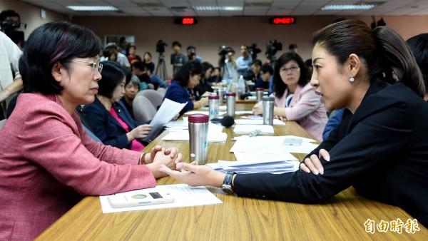 立院司法及法制委員會決議17日審查婚姻平權法,由於爭議不斷,經過協商後,由委員會召委尤美女(左)與國民黨籍立委許淑華(右)各辦一場公聽會。(記者朱沛雄攝)