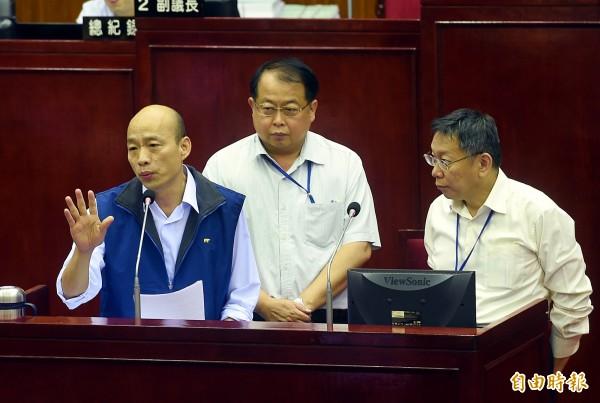 台北市長柯文哲(右)18日出席議會市政總質詢,接受議員質詢。左一為農產公司總經理韓國瑜。(記者方賓照攝)
