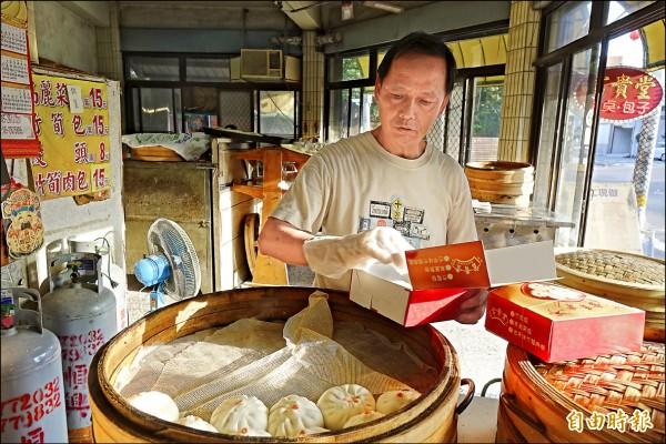 高麗菜包業者施詠欽擋不住高麗菜一直漲,只好暫時停售高麗菜包。(記者劉曉欣攝)