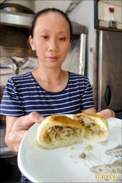堅持水煎包要有高麗菜,鹿港水煎包業者粘喤呤,開店14年來首度調漲水煎包價格。(記者劉曉欣攝)