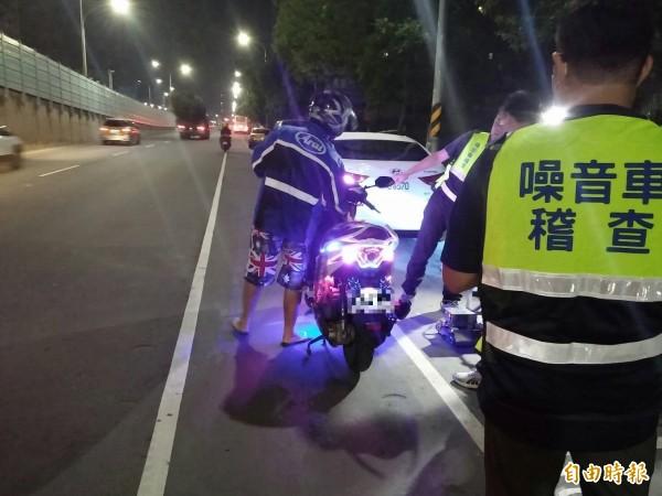 蘆洲警方昨晚與環保局合作,取締改裝車輛,2小時攔查26輛車。(記者王宣晴攝)