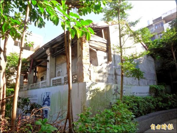 木下靜涯舊居可見局部磚造牆面已破損、水泥外層剝落、部分木造結構垂落。(記者李雅雯攝)
