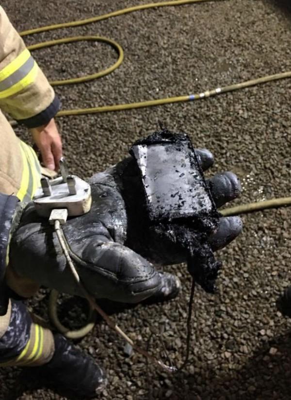 該少女雖然用的是蘋果原廠的充電器,但還是過熱起火,將自己的房間燒的一片焦黑。(圖擷自South Wales Evening Post)