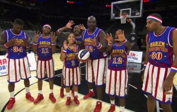 美國哈林籃球隊日前挑戰蒙眼射籃、長程射籃、60秒投3分球等,連續創下9項金氏世界紀錄,引起網友熱議。(圖擷取自YouTube)