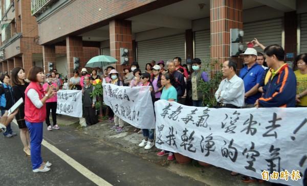 平鎮里民排排站,拉起抗議空污布條。(記者李容萍攝)