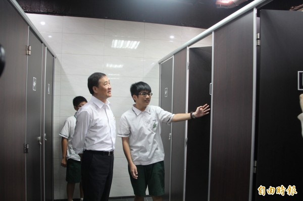 台北市副市長陳景峻今天到全國首間設置性別友善廁所的民生國中視察,表示這是他第一次看到性別友善廁所,發現廁所燈光明亮、地板止滑,而每一間都配置求救鈴,認為台北市是個進步城市。(記者鍾泓良攝)