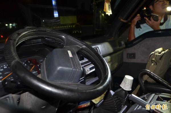 潘男被前同事射殺血濺駕駛座,連儀表板都有。(記者陳鳳麗攝)