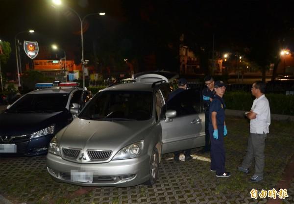 吳男作案用的車子當晚即被警方尋獲,並進行採證。(記者陳鳳麗攝)