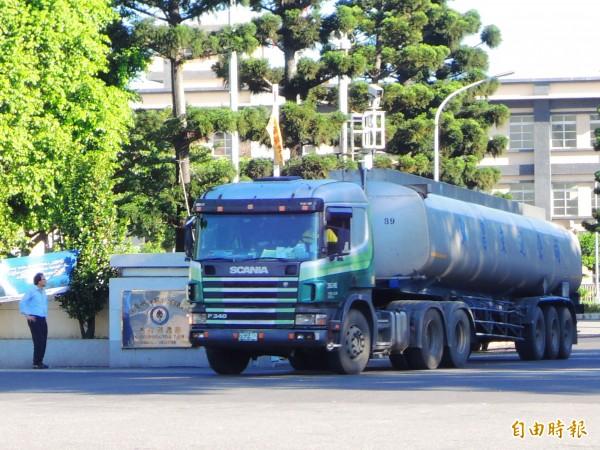 中油允諾槽車將裝設行車輔助器,圖為林園廠槽車進出情形。(記者黃旭磊攝)