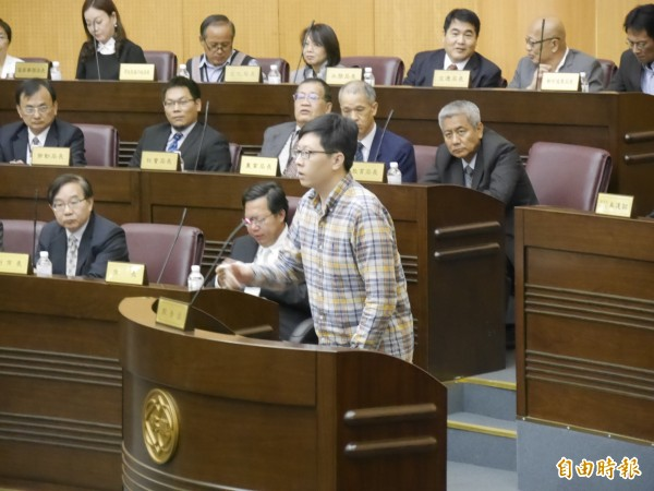 王浩宇在市議會上公開道歉。(記者邱奕統攝)