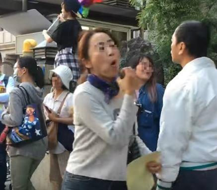 國外網友表示,口交姨的動作像在吃蘋果,酸她「應該沒有握過真的GG吧」。(擷取自YouTube)