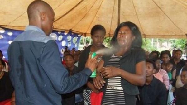 南非一名神棍牧師宣稱,殺蟲劑可以治病,所以將殺蟲劑往信徒臉上噴,招致各界猛烈抨擊。(圖截自MOUNTZION GENERAL ASSEMBLY)