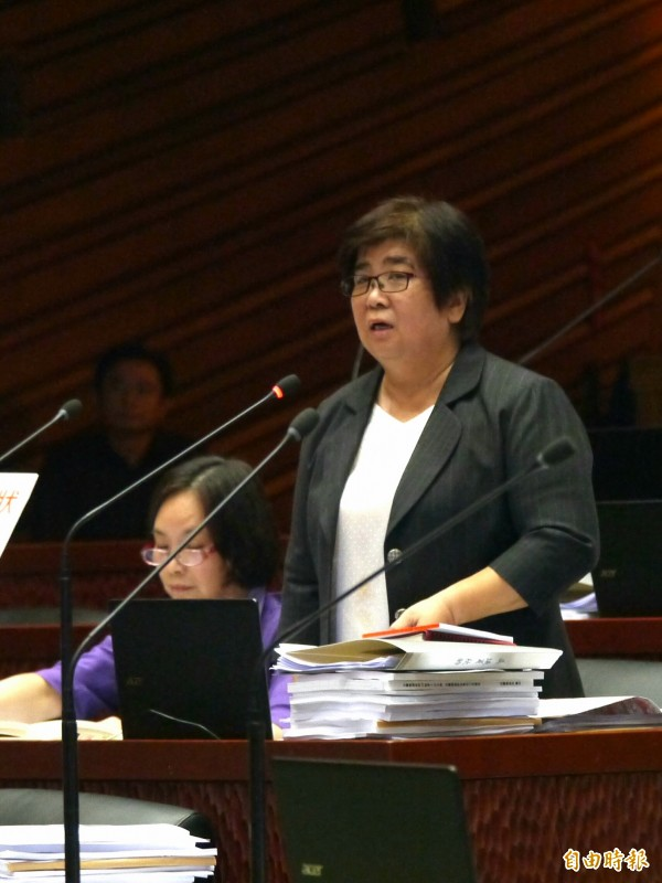 議員吳秋齡要求不能將多元性別意識形態納入國小、國中課程。(記者簡惠茹攝)