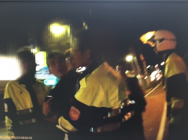 警方到場將聚眾滋事的13人帶回依違反社會秩序維護法究辦。(記者姚岳宏翻攝)
