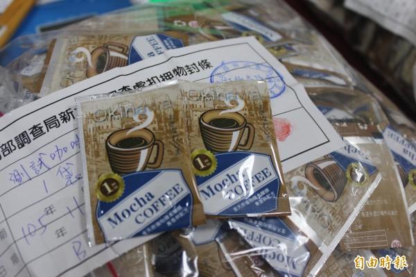楊姓毒犯將有瑕疵的搖頭丸成品製成咖啡包。(記者陳慰慈攝)