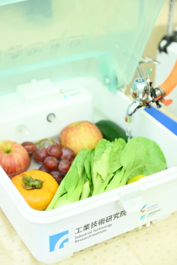 工研院「蔬果清洗農藥檢測系統」,結合居家常用的蔬果清洗槽,就可掌握農藥殘留數據。(記者洪瑞琴翻攝)