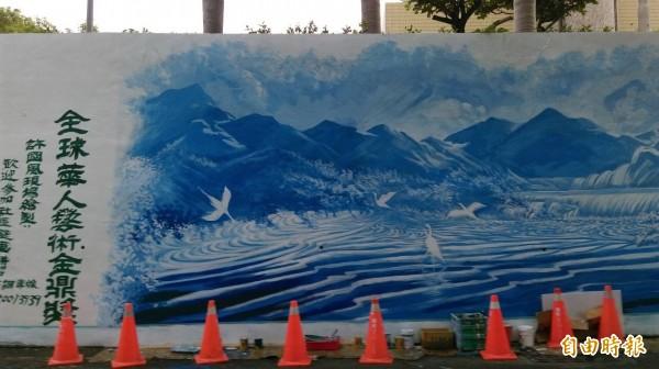 中市西屯福和里一個大壁畫,在專業老師的修改下,增添社區生命力(記者蘇金鳳攝)