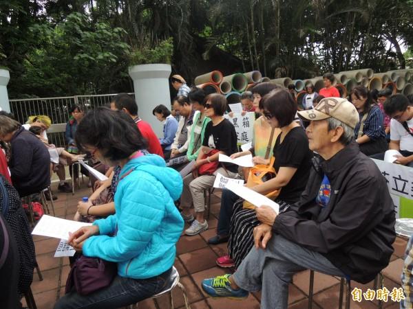 教友在立委蘇治芬服務處外唱聖歌、祈禱。 (記者廖淑玲攝)