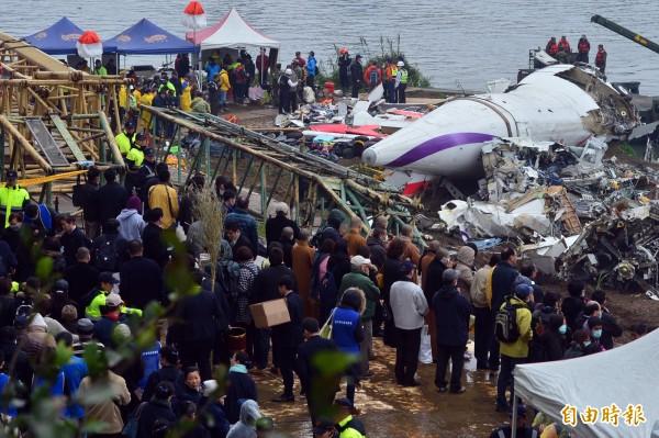 復興航空空難時,罹難者家屬前往空難現場招魂。(資料照,記者王藝菘攝)