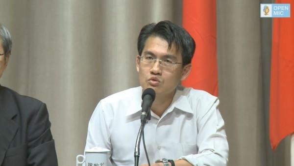 針對外界質疑民航局後知後覺,組長韓振華表示昨聽聞興航停業消息時,就已派員了解。(圖擷取自行政院開麥啦YouTube直播)