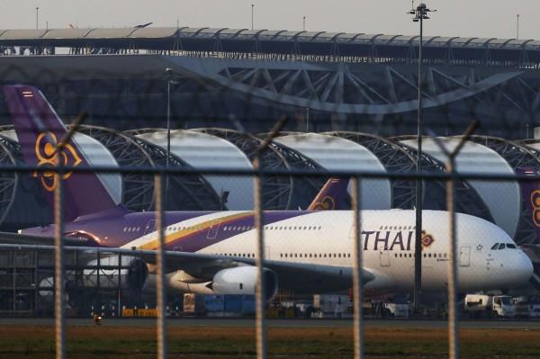泰國今通過刺激觀光措施,將從今年12月起免簽證費3個月,落地簽證費則調降成1000泰銖。圖為一架在曼谷蘇凡納布機場的泰航客機。(路透)