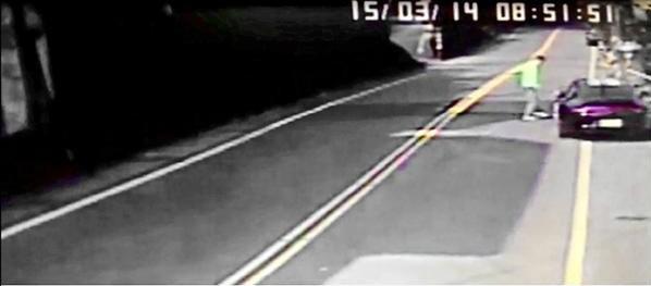 林明昇去年3月於石碇肇事逃逸,在路邊停車後,下車查看愛車是否損傷。(資料照,記者吳張鴻翻攝)