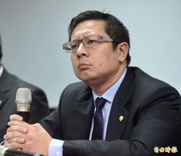 復興航空董事長林明昇,今天宣布解散興航,而他目前仍是待罪之身,因為去年3月他駕駛保時捷911跑車在石碇山區肇事逃逸。(記者簡榮豐攝)