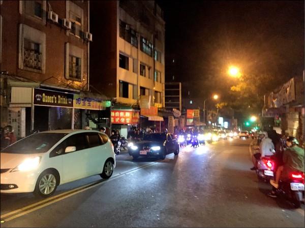 11月中旬流星雨在台灣現蹤,不少民眾到陽明山觀星,許多車輛湧入仰德大道,導致大塞車,居民被喧囂車聲吵得無法入眠。(台北市議員何志偉研究室提供)