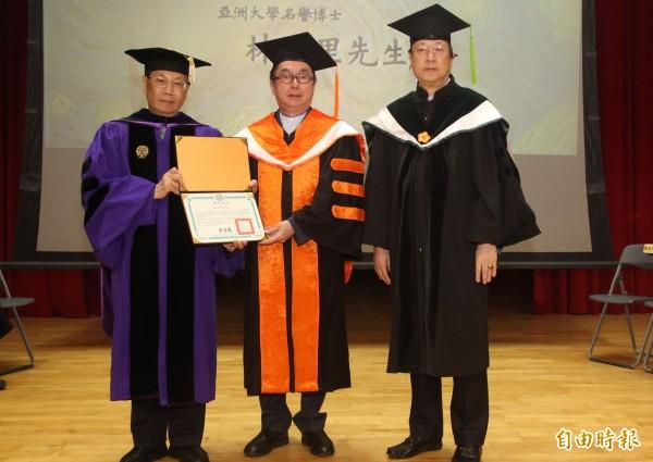 亞洲大學今天頒授名譽博士給廣達電腦公司創辦人林百里董事長(中),亞大創辦人蔡長海(右)、校長蔡進發(左)代表頒發學位證書。(記者陳建志攝)