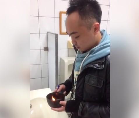 民進黨立委林靜儀辦公室國會助理進委員會灑符水,並開臉書直播。(記者陳鈺馥翻攝)